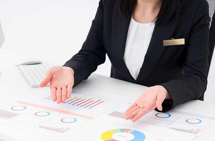 情報分析結果を伝える女性